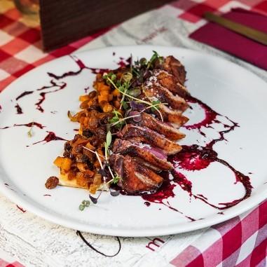 Magret de canard grillé sur génoise,...