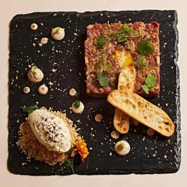 Steak Tartar con Mayonesa de Mostaza...